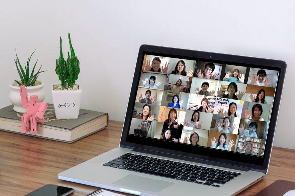 パソコンとオンラインセミナーイメージ