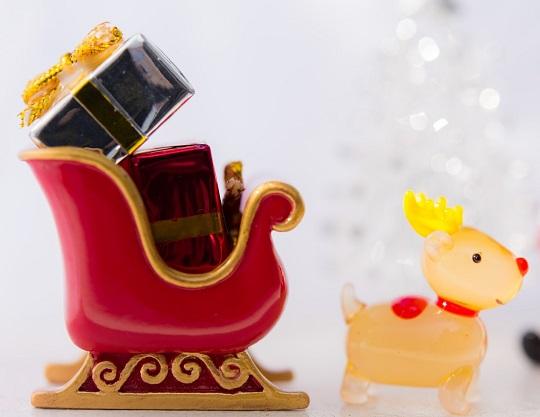 クリスマスのそりとトナカイ