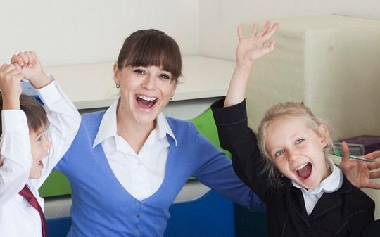 笑顔の先生と子どもたち
