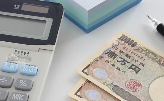 紙幣と電卓とペン