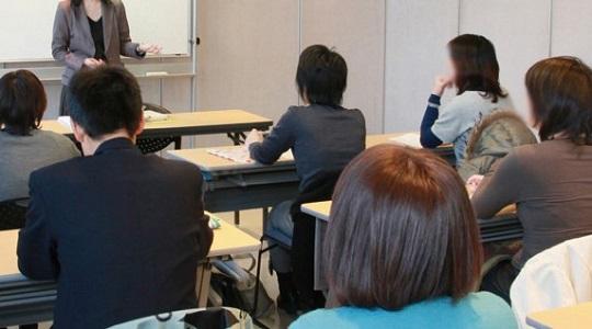 教室で講義を聞く